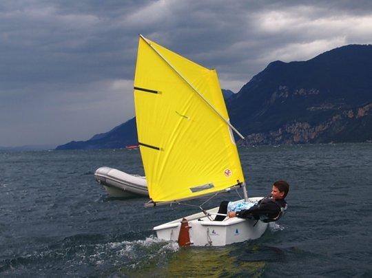 Kinderboot Optimist in Gleitfahrt