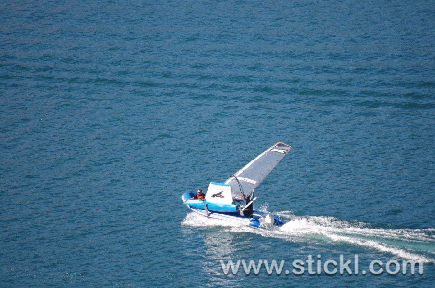 Waszp wird auf Motorboot transportiert