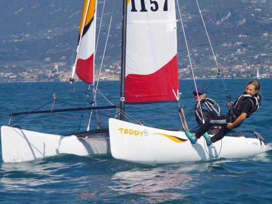 Kinder segeln im Trapez auf einem Hobie Teddy