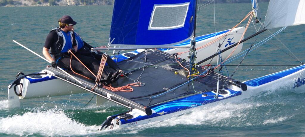 Hobie Pearl mit blauen segeln