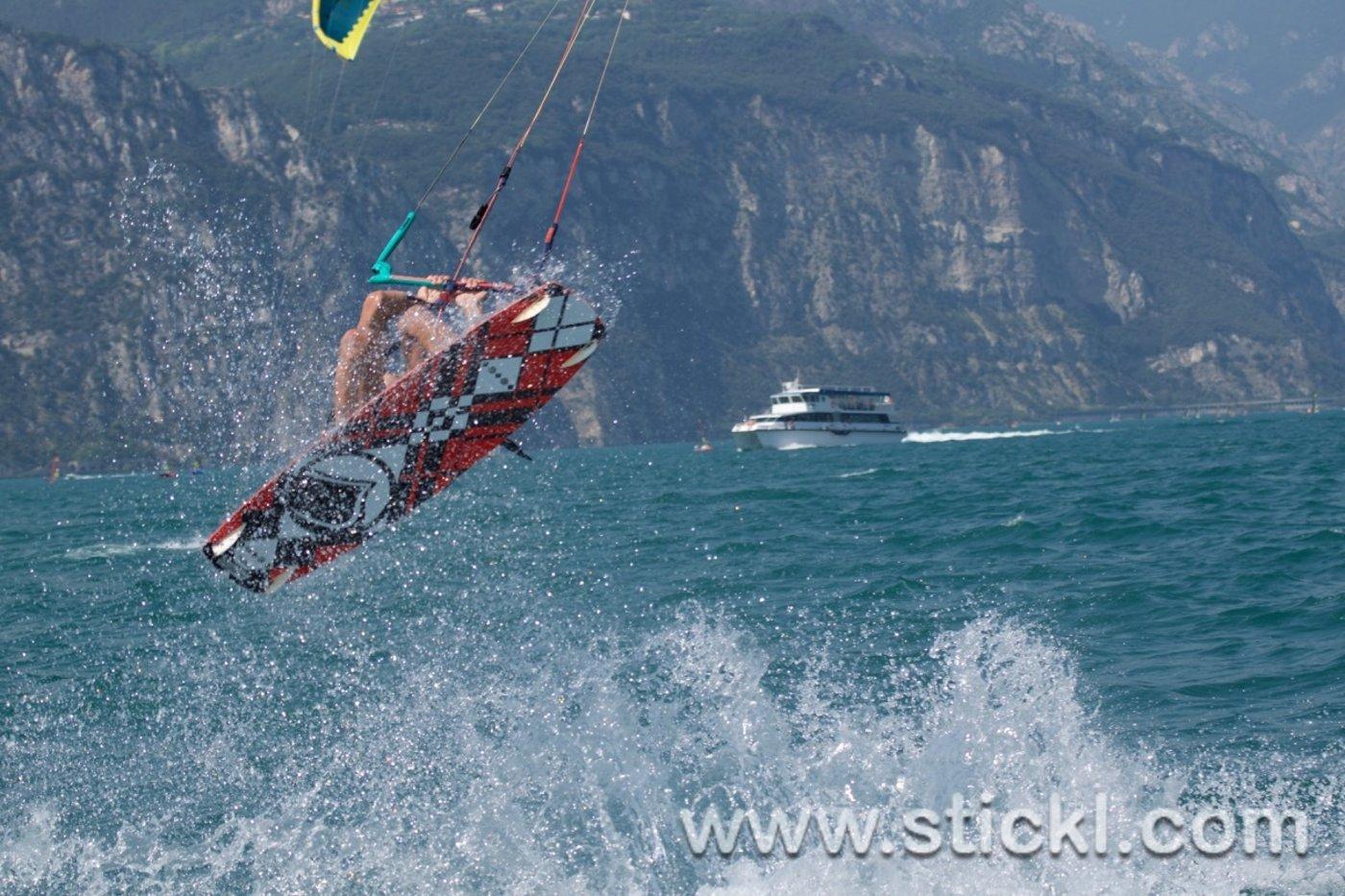 Kitesurfer springt