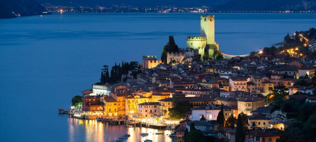 Malceine Burg bei Nacht