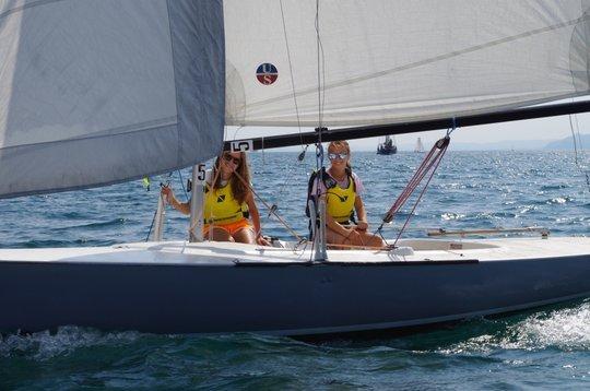 Zwei Seglerinnen auf Segelboot