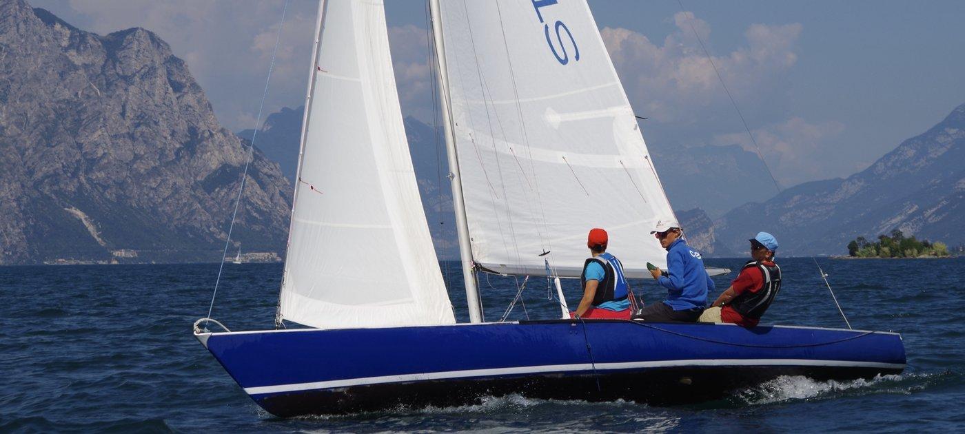 Dyas segelt mit 3 mann-Team