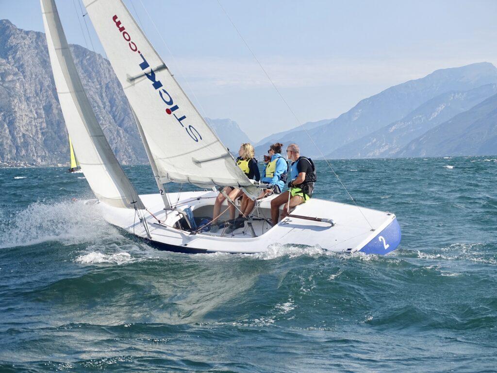 Dyas segelt mit 3 Mann bei Starkem Wind