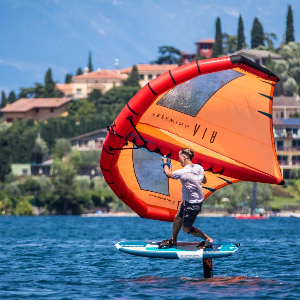 Wingfoiler in der Bucht Val di Sogno
