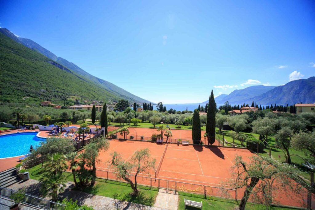 Tennisplatz im Olivengarten