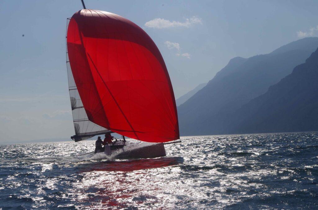 Seasape 24 mit rotem Genacker im Gegenlicht