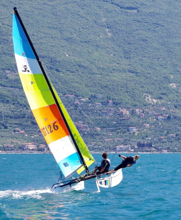 Katamaran Hobie 16 segelt mit Trapez