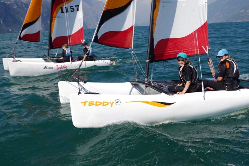 Zwei Kinder-Katamarane segeln nebeneinander