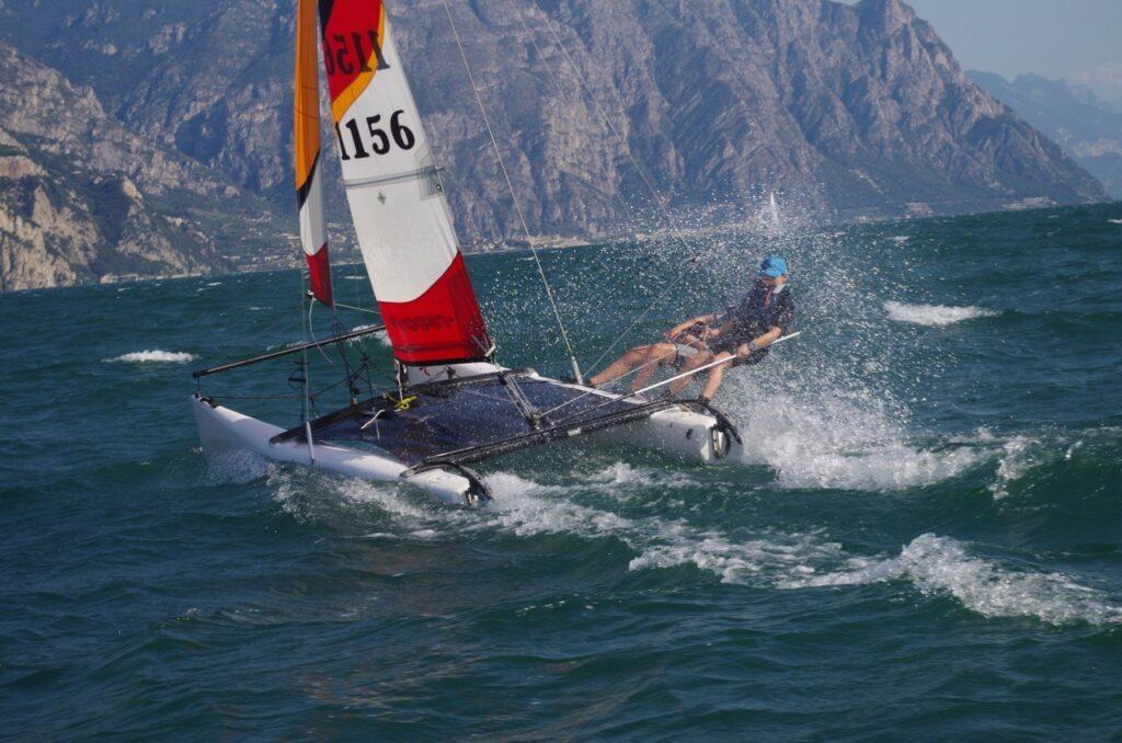 Kinder segeln auf katamaran in starkem Wind