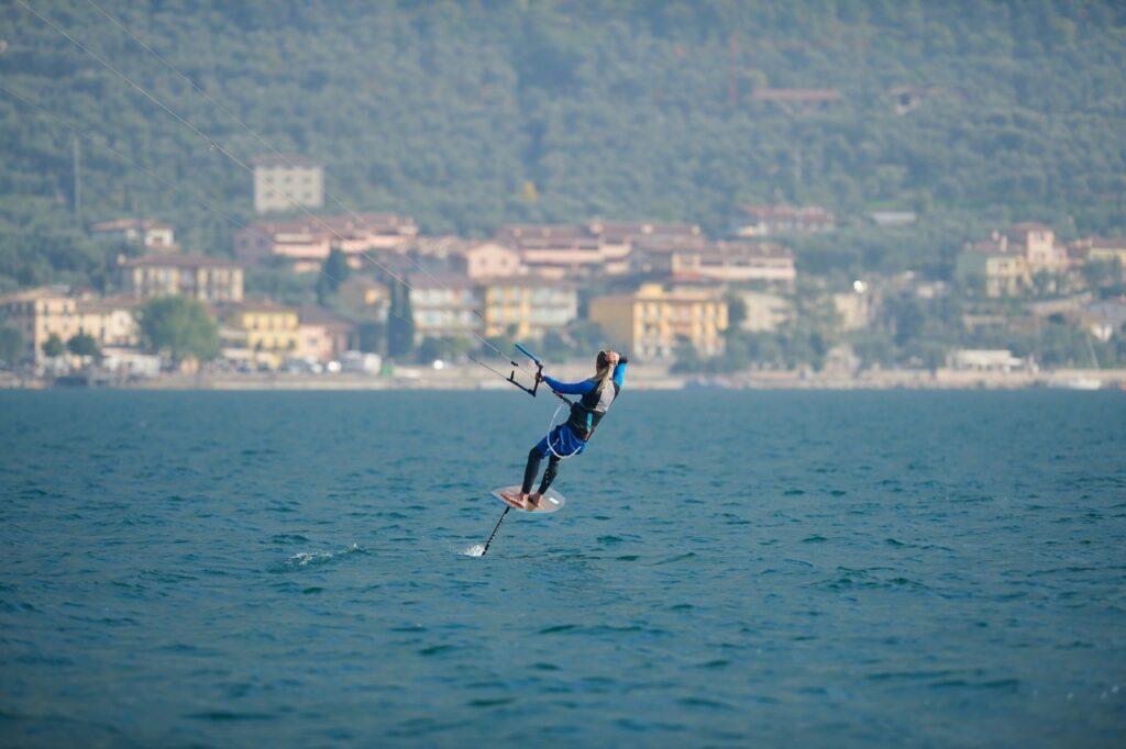 Foilkiter fliegt übers Wasser