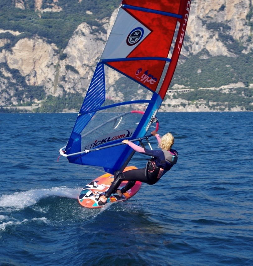Surferin in Gleitfahrt am Gardasee