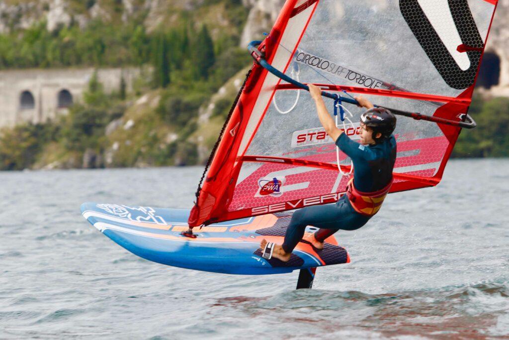 Foil-Surfer fliegt übers Wasser