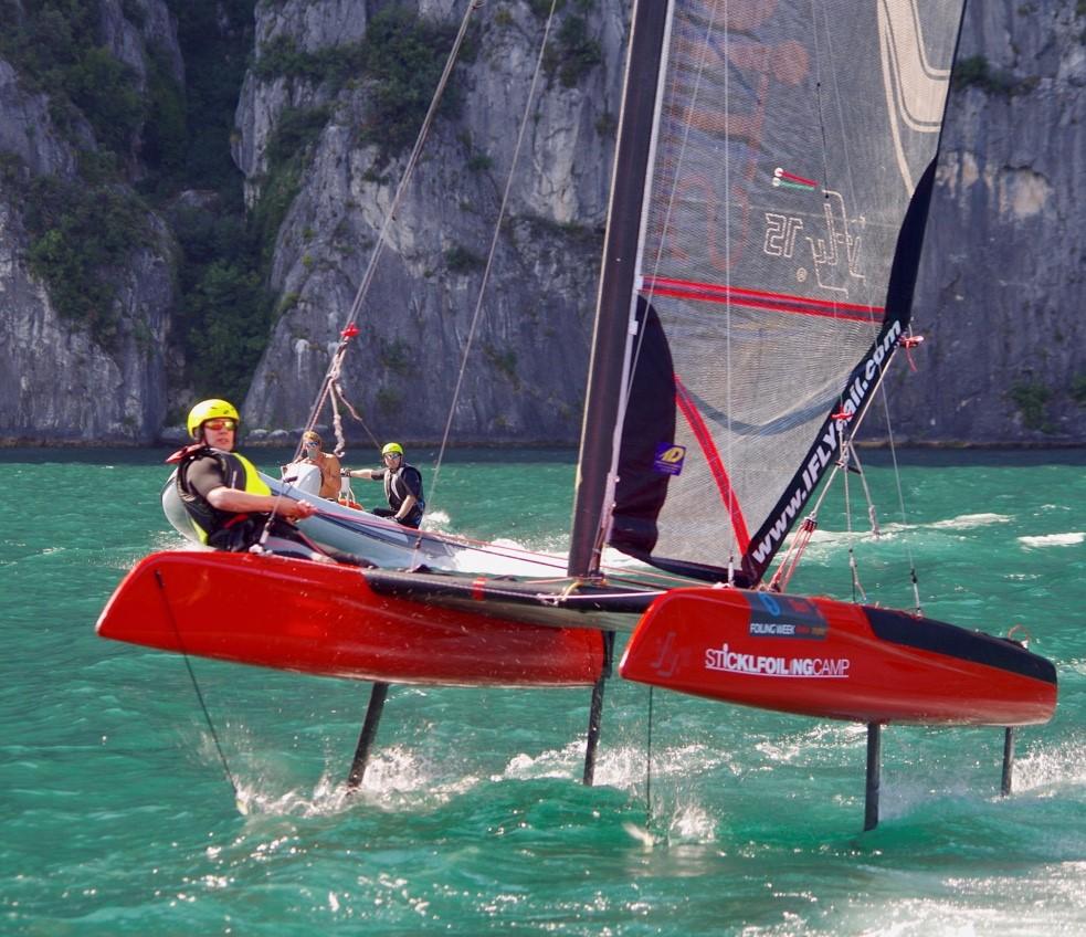 Ifly 15 und Motorboot vor Felswand