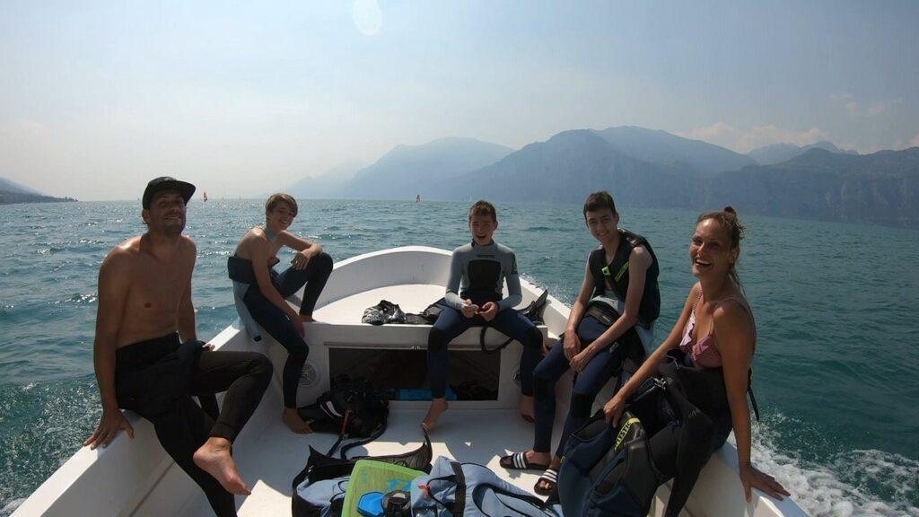 Kitesurfer im Trainerboot