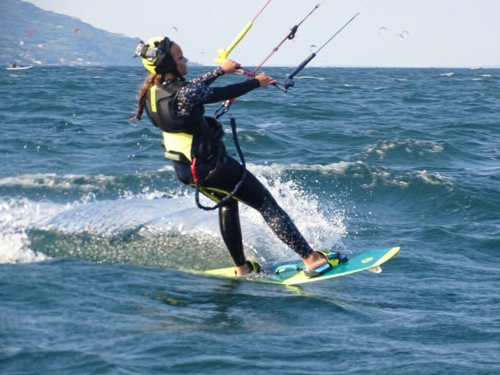 Kitesurferin nach dem Start im Trapez
