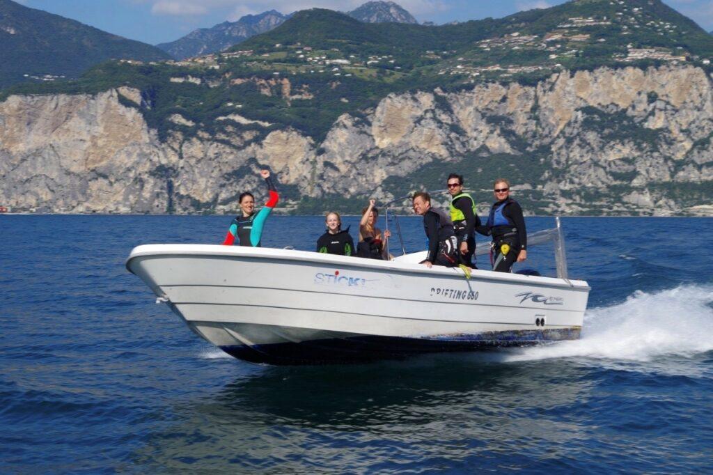 Motorboot mit Kitesurfern