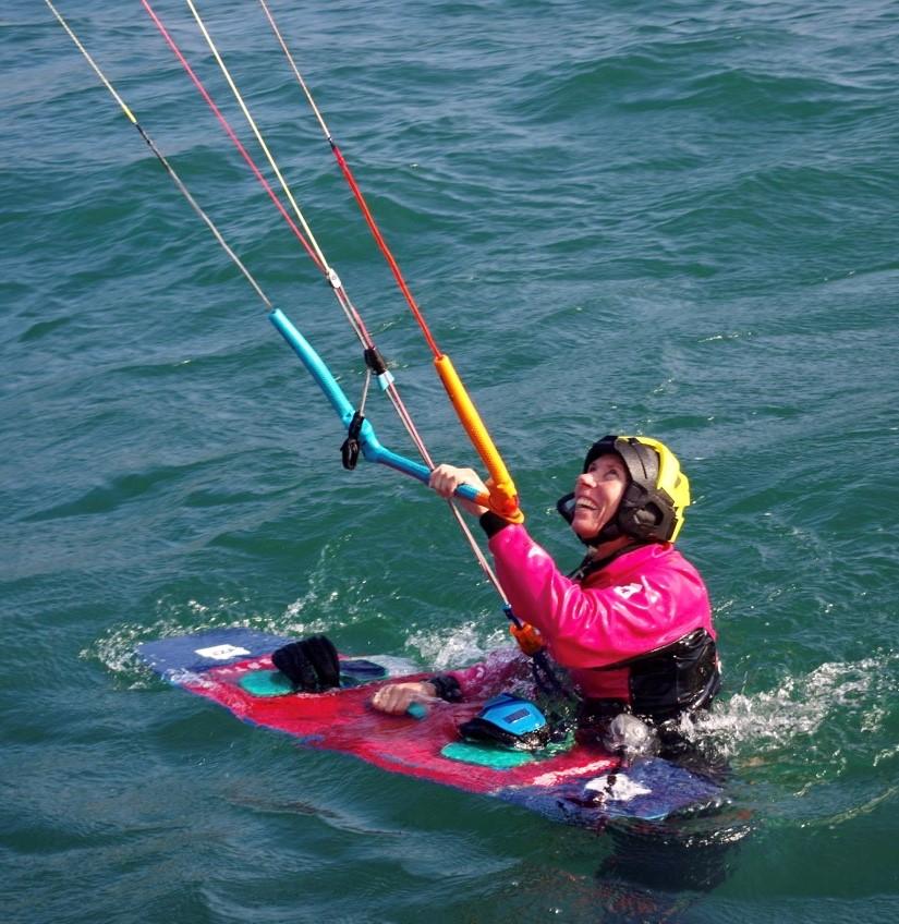 Kitesufer beim Start im Wasser