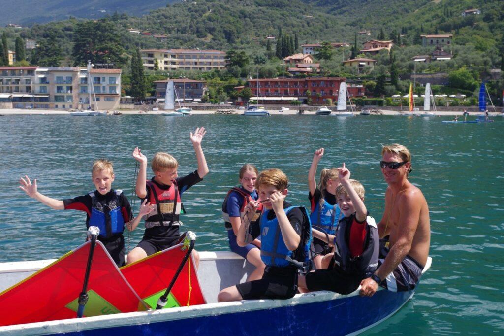 Kinder im Motorboot mit Surflehrer