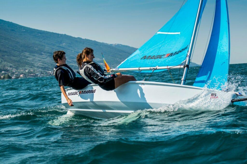 Zwei junge Segler auf einer RS Feva am Gardasee