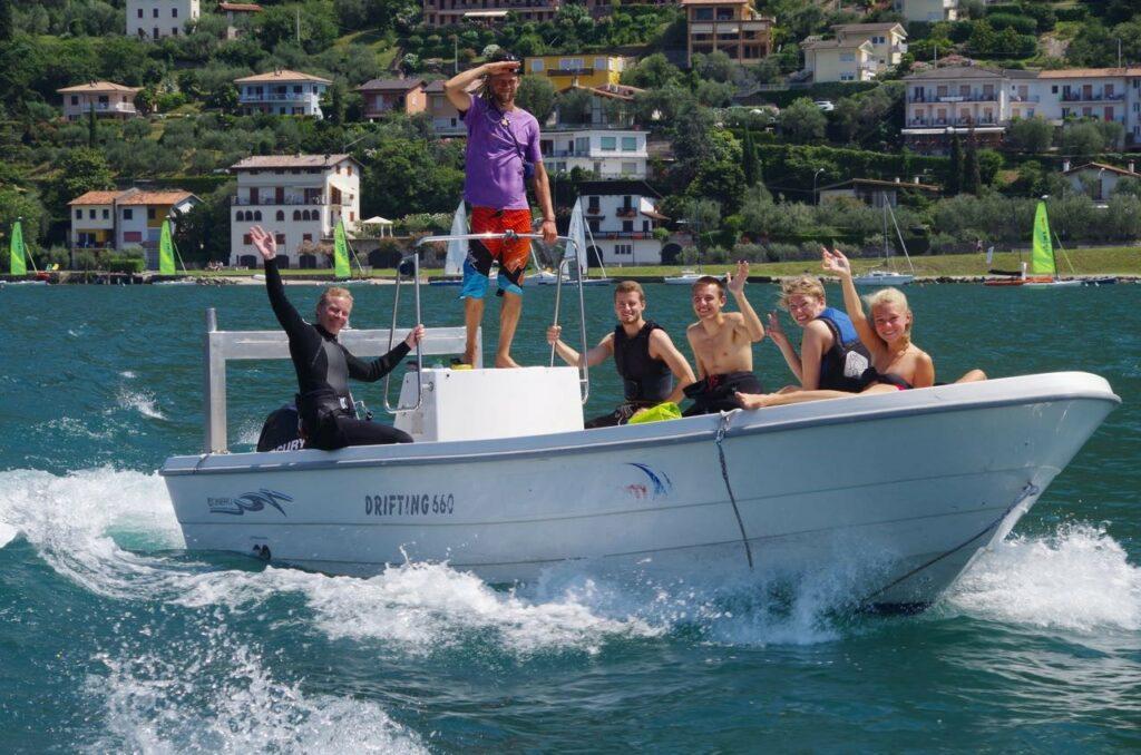 Kitsesurfgruppe auf Motorboot