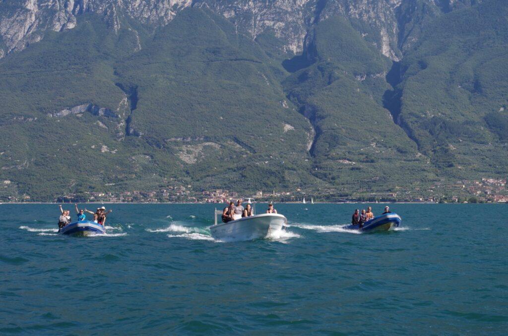 Drei Motorboote am See