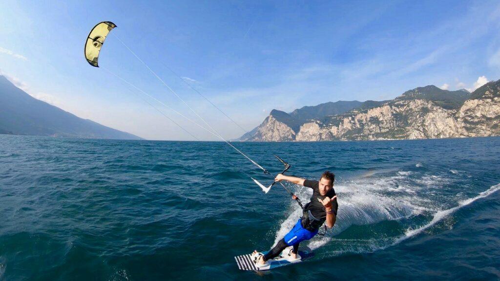 Kitesurfer vor Gardasee-Panorama