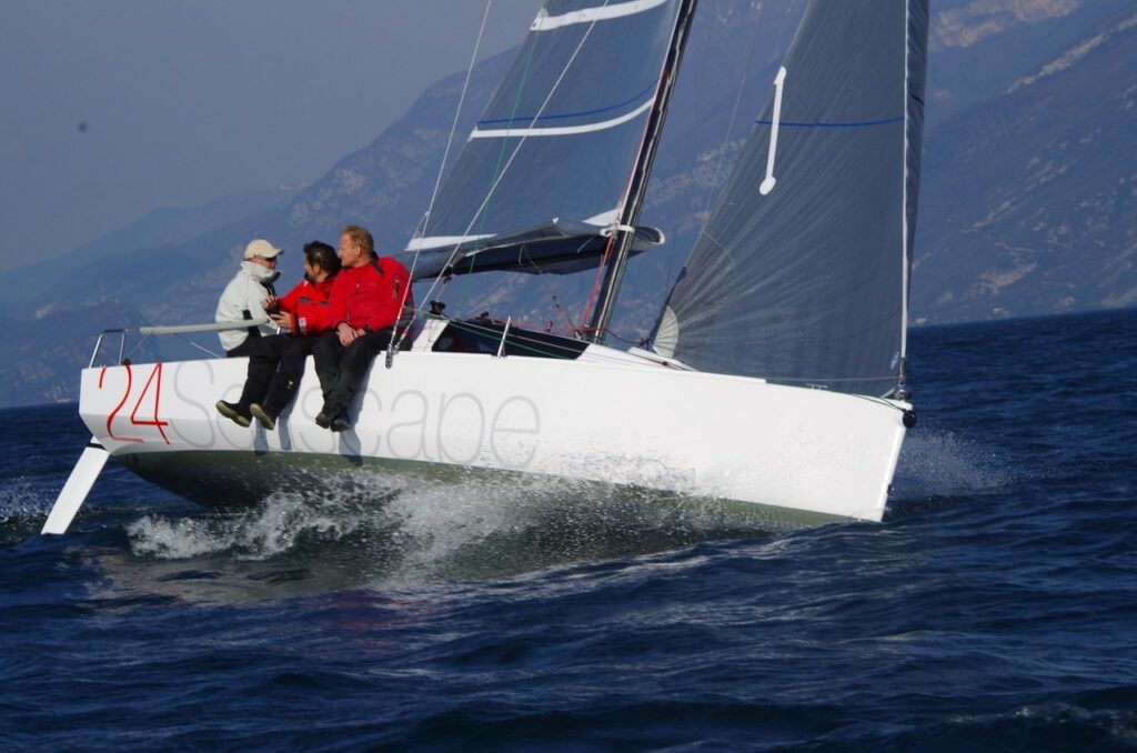 Seascape 24 segelt mit 3 Seglern an Bord