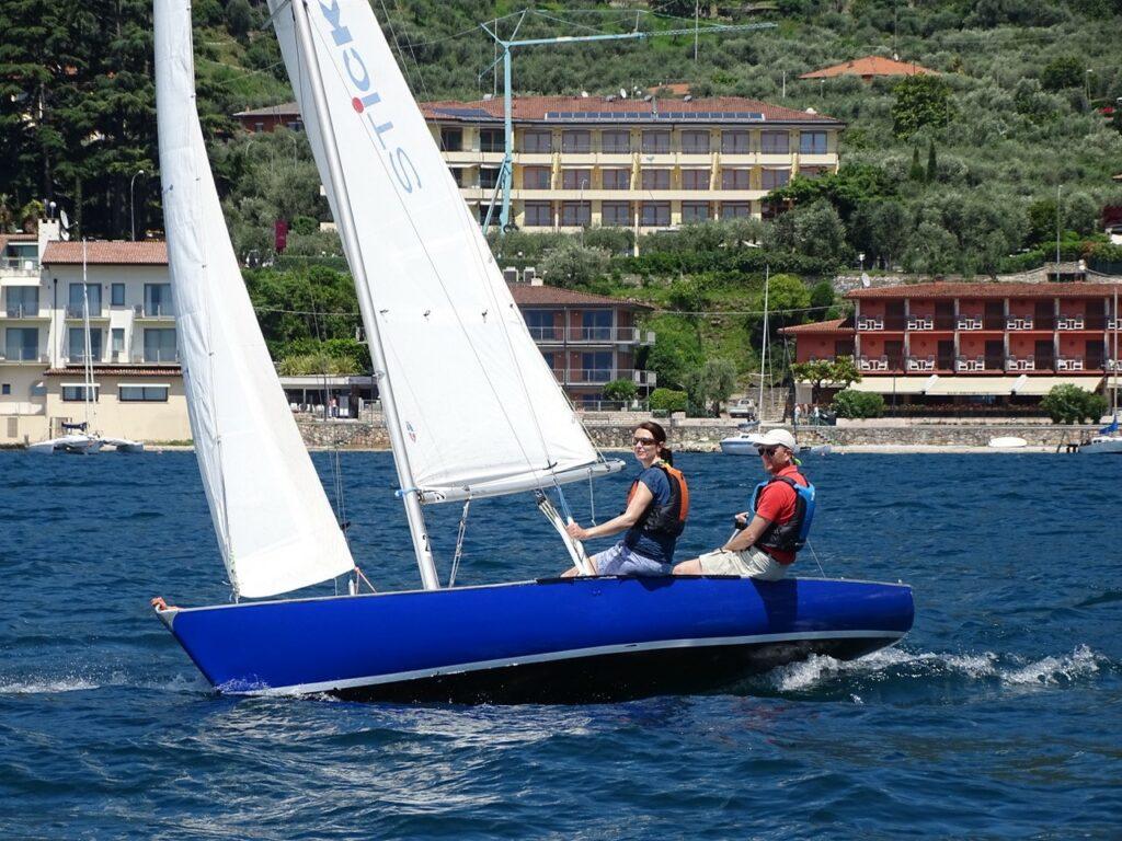 Blaues segeloot in der Bucht