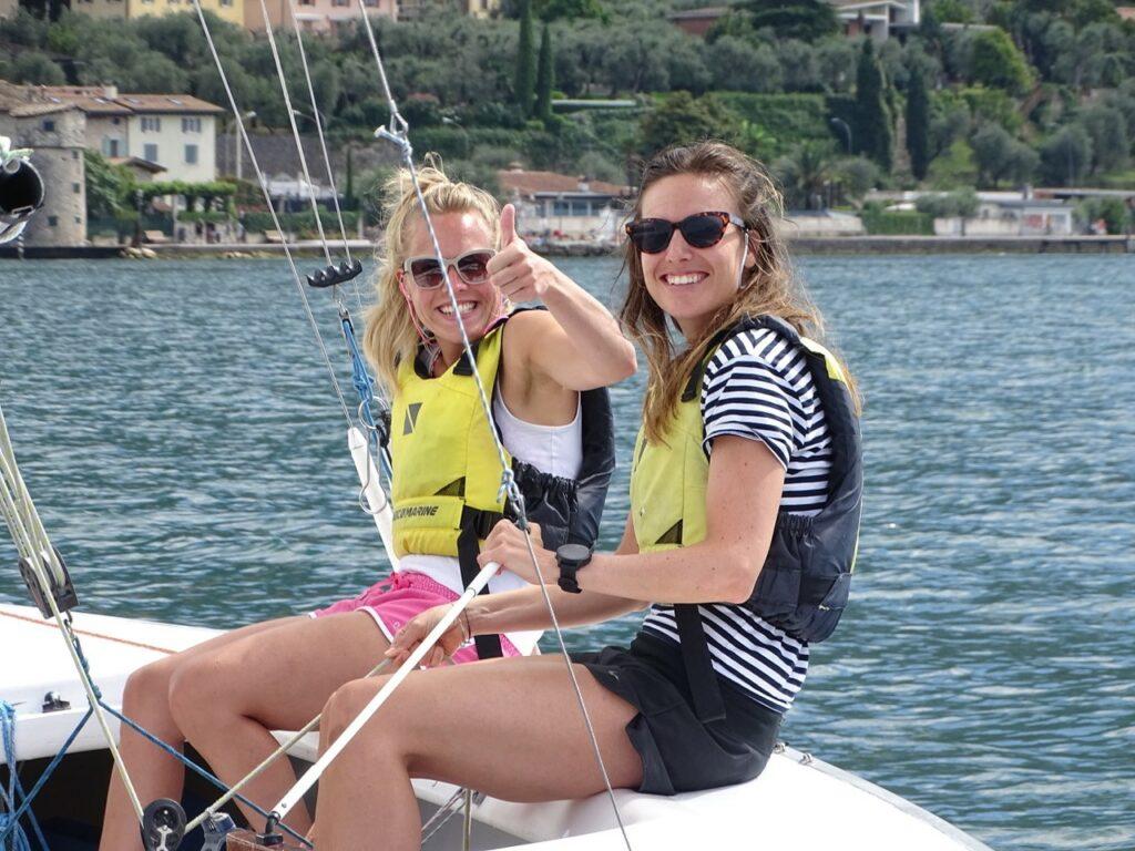 Zwei Seglerinnen im Boot