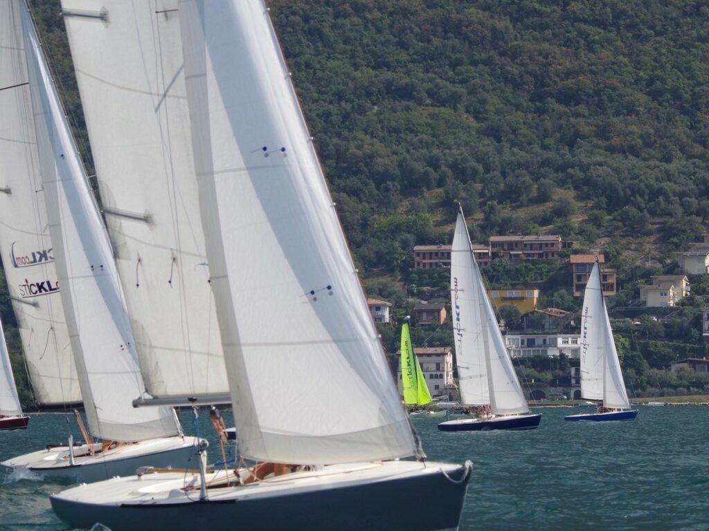 Segelboote in der Bucht Val di Sogno