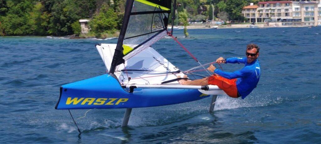 Waszp segelt aus der bucht Val di Sogno