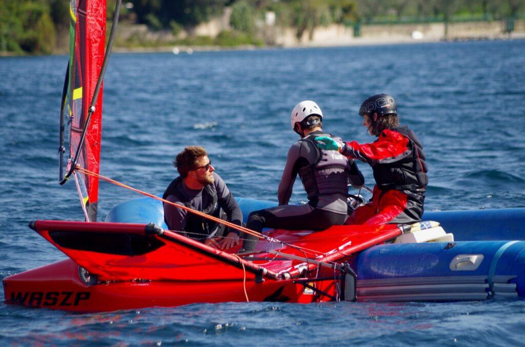 Waszp Segler und Trainerboot bei einer Segelpause