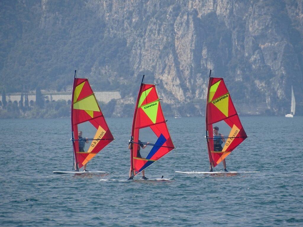 Drei Windsurfer im Kurs