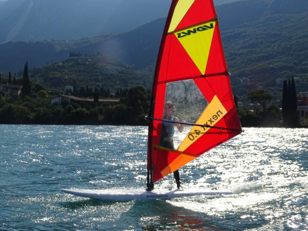 Windsurfer am Gardasee im Gegenlicht