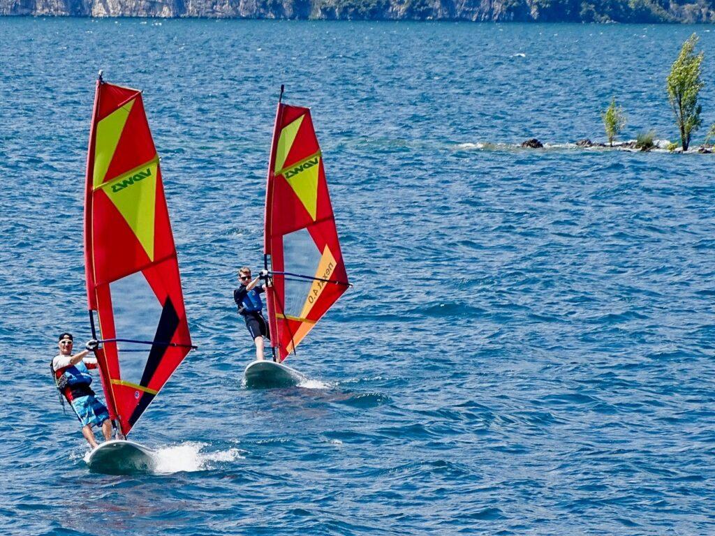 zwei Windsurfer in Gleitfahrt