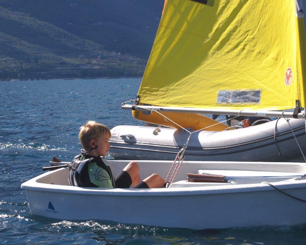 Kinder segeln im Optimist