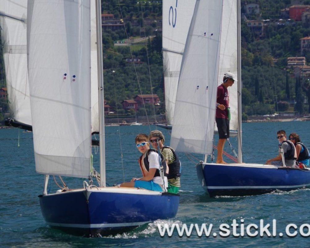 Zwei blaue Dyas segeln hintereinander