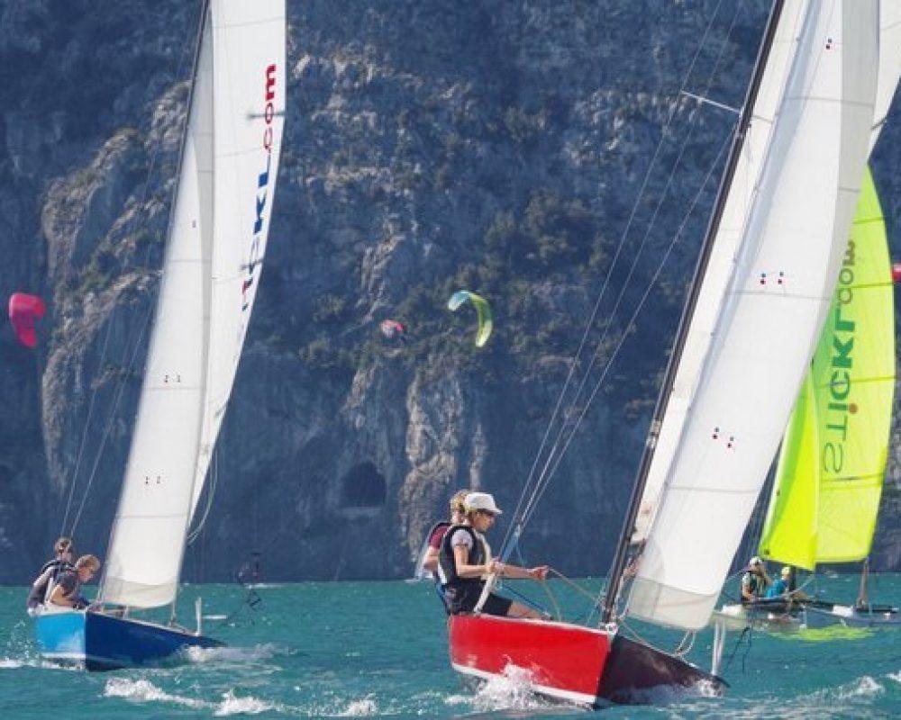 Segelboote und Katamaran vor Bergwand