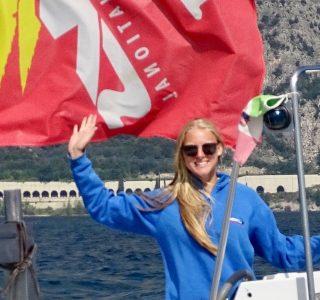 Segellehrerin auf Motorboot